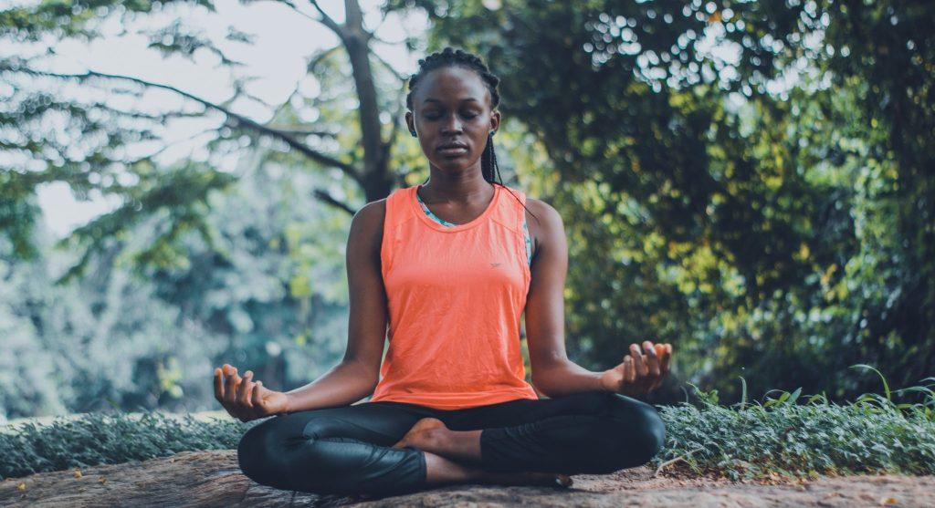 Mulher meditando no meio da natureza