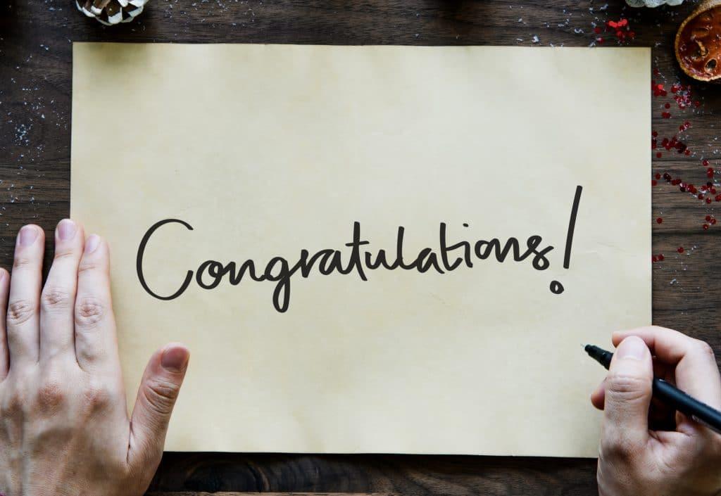 Frases de Positividade: Congratulation - Parabéns - escrita em um papel cartão.