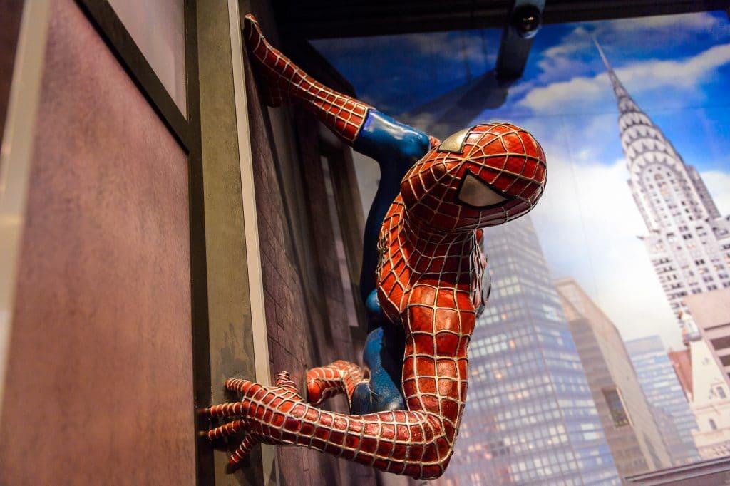 Imagem do homem aranha escalando uma parede no centro de Nova York.