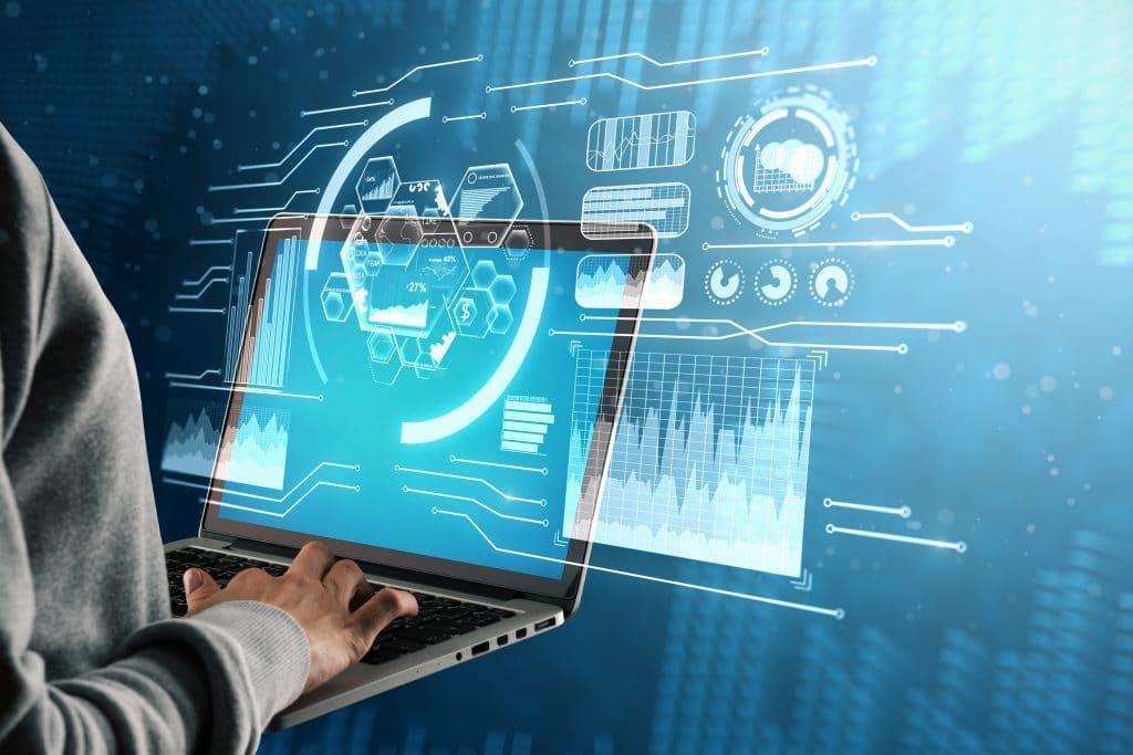 Mão masculina usando laptop com interface de negócios digitais.