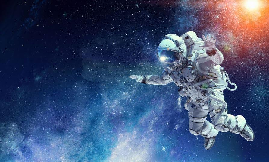 Imagem manipulada de astronauta livre, flutuando no espaço. Ao canto superior direito, vemos o sol brilhando. Os elementos da imgem foram fornecidos pela NASA.