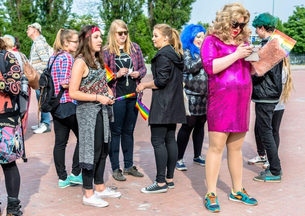 Marcha pelos direitos LGBT com gays, travestis