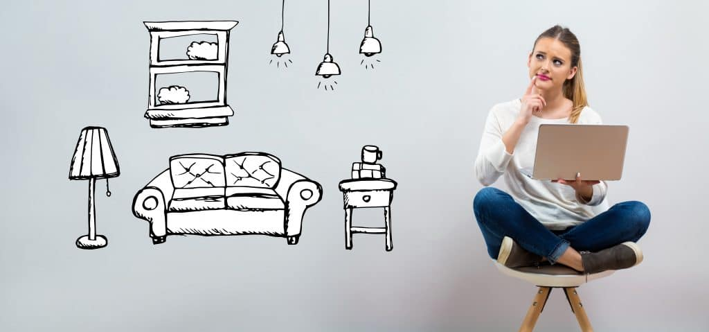 Jovem pensativa sentada no chão segurando o seu notebook. Ao fundo uma imagem ilustrativa de móveis como: sofá, abajur, mesa de canto, lustres e quadro.