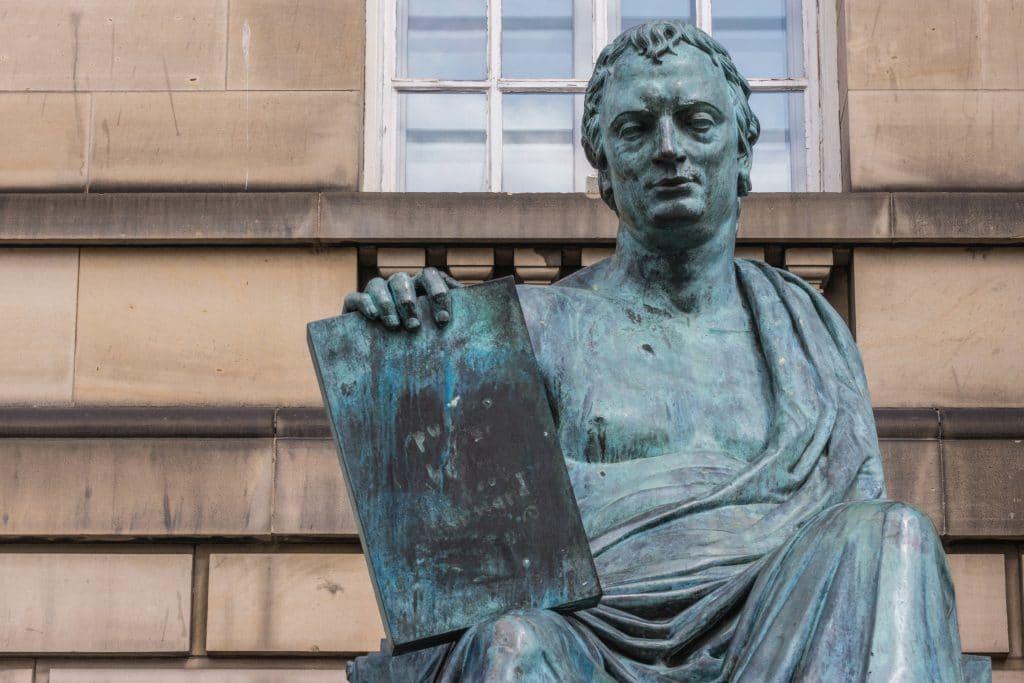 Estátua em prata de um governador da grécia antiga. Em uma das mãos ele segura a lei que rege o país.