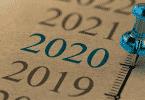 Tacha azul sobre o número de 2020