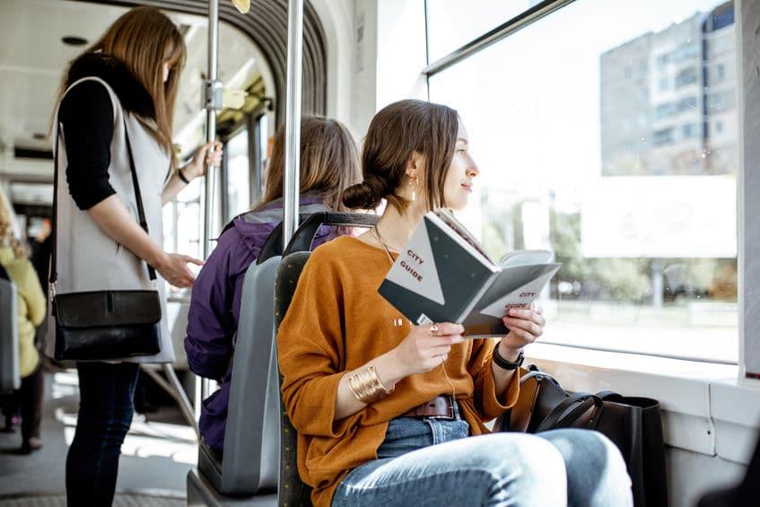 Mulher lendo no ônibus.