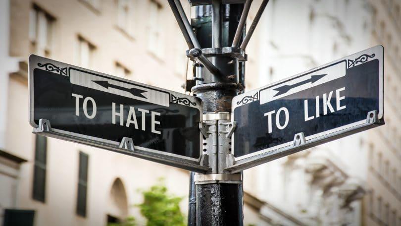 """Placas de rua escrito """"To hate"""" e """"To love""""."""