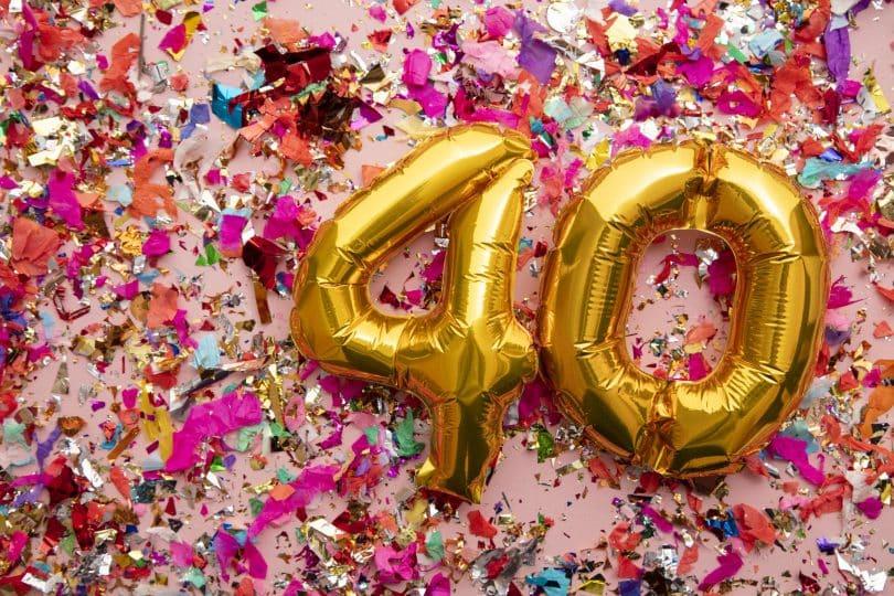 Balões com o número 40 com confetes atrás.