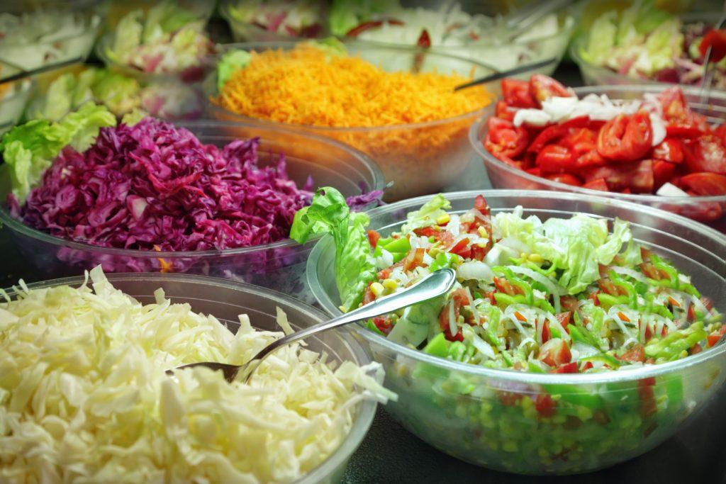 Vários tipos de salada em potes de vidro