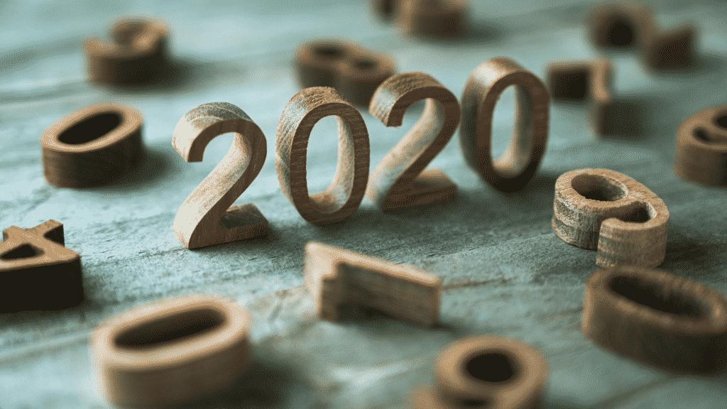 Número de 2020 na mesa ao redor de outros números