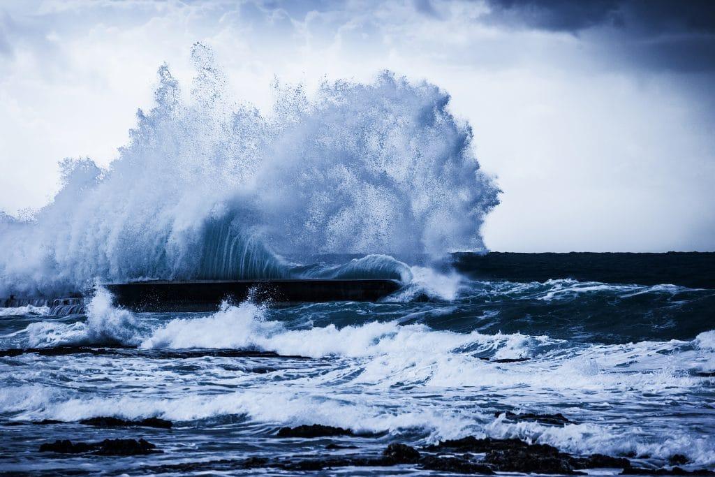 Tsunami de águas cristalinas se formando em alto mar.