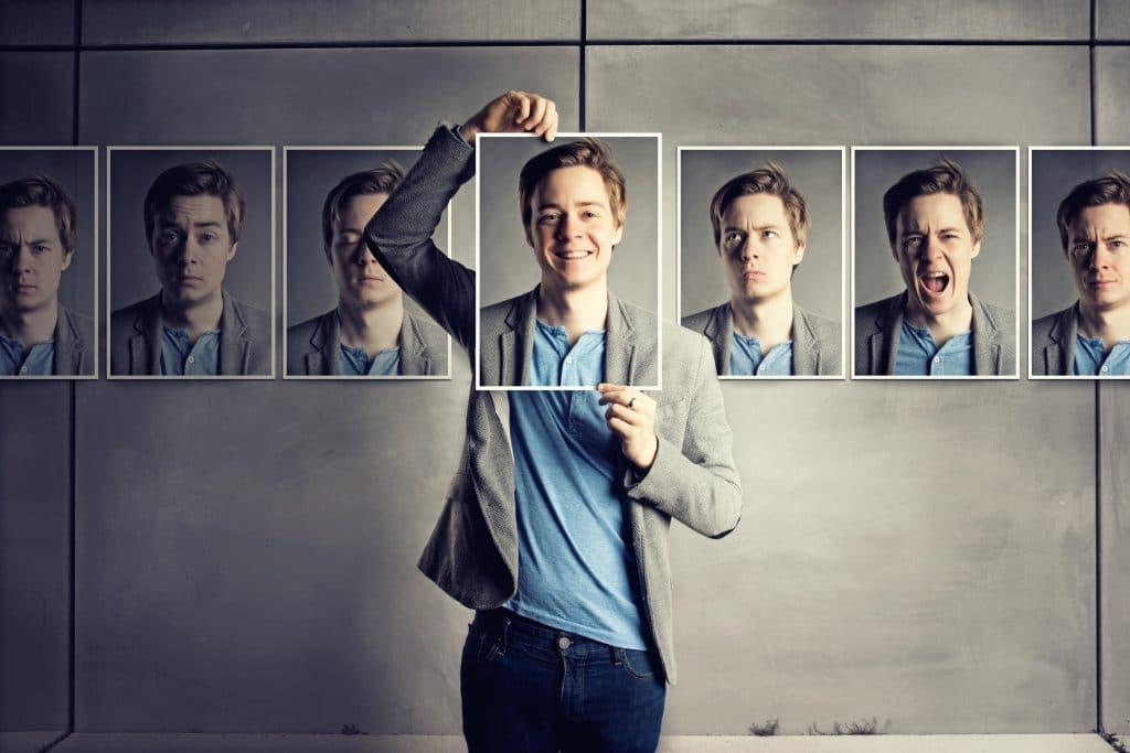 Homem de terno posicionado no centro de várias fotografias que foram tiradas dele mesmo. Em cada uma, várias formas de manifestações.