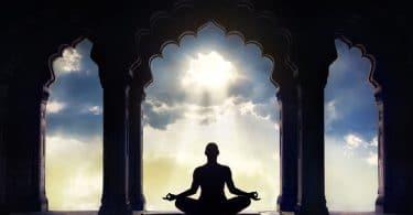 Silhueta meditando.