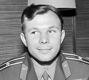 Foto do astronauta Yuri Gagarin em uniforme militar.. Ele está de frente para a câmera, mas está olhando para o lado direito.