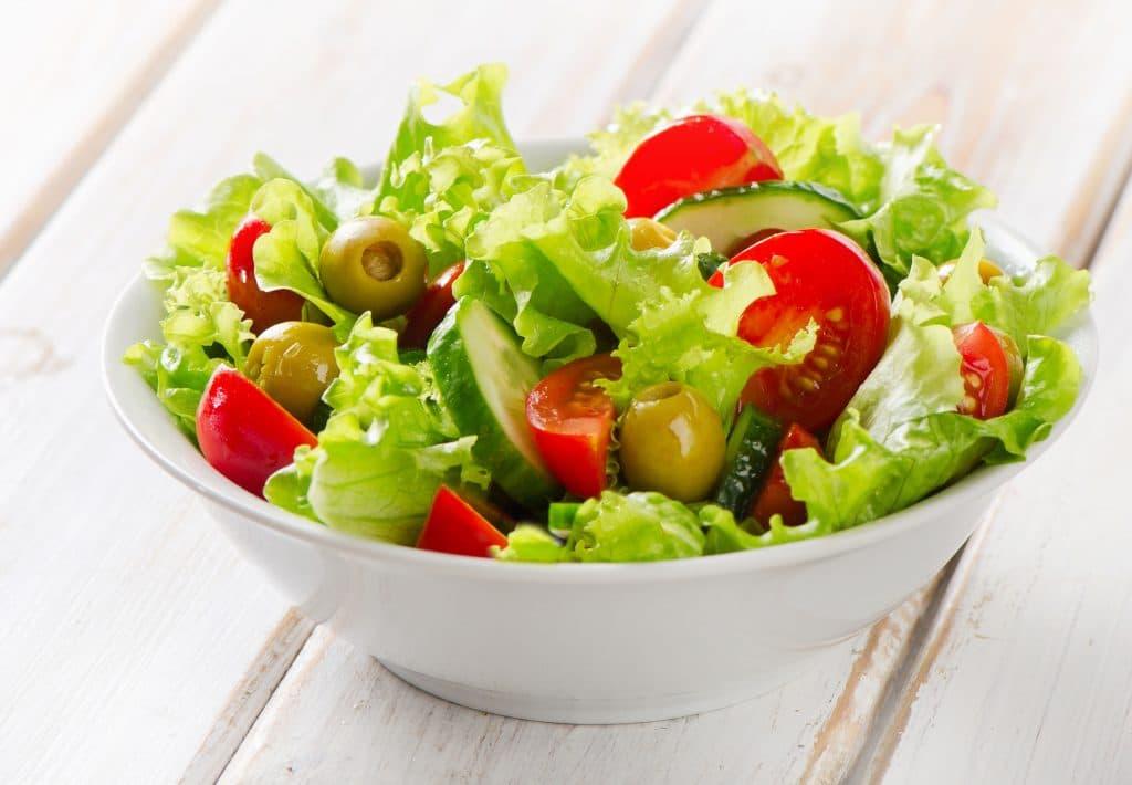 Recipiente com salada e tomate
