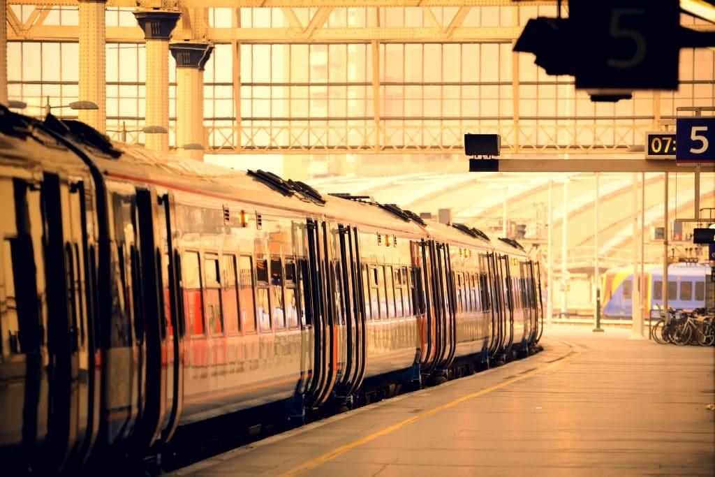 Um trem estacionado na plataforma da estação.