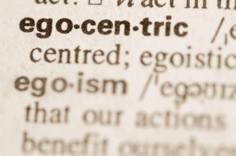 Foto de uma página do dicionário com a definição da palavra egocêntrico.