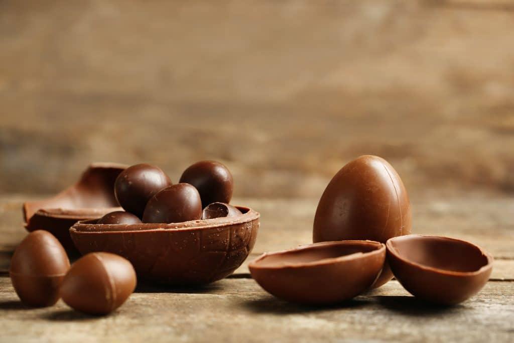 Vários formatos de ovos de páscoa de chocolate feitos para pessoas diabéticas.