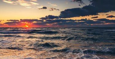 Paisagem de nuvens sobre o mar com o nascer do sol.