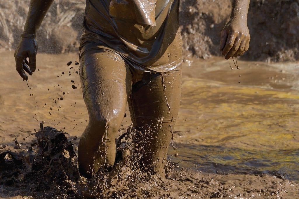Pessoa andando na lama.