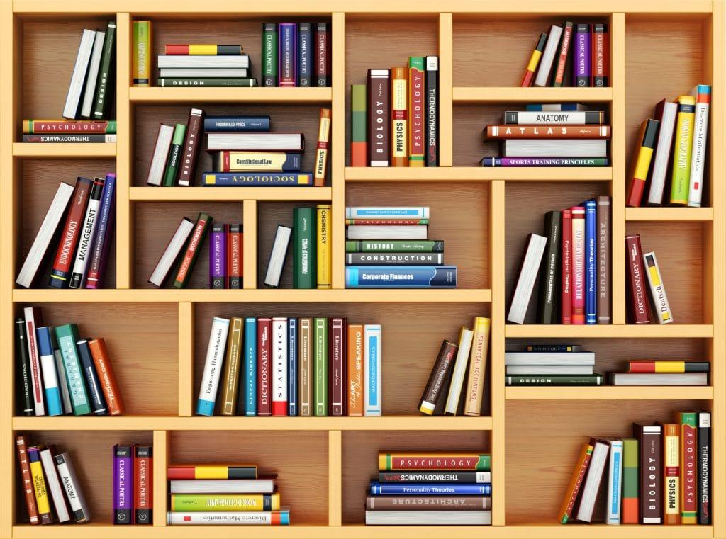 Estante grande feita em madeira repleta de livros para estudos.