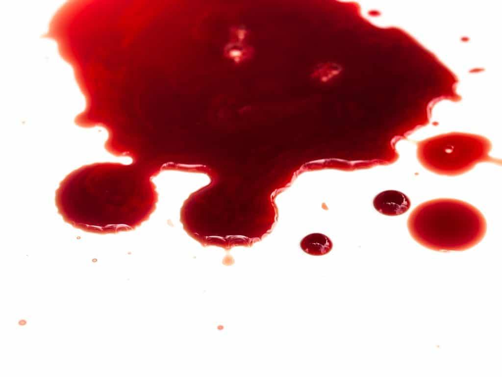Poça de sangue bem vermelho.