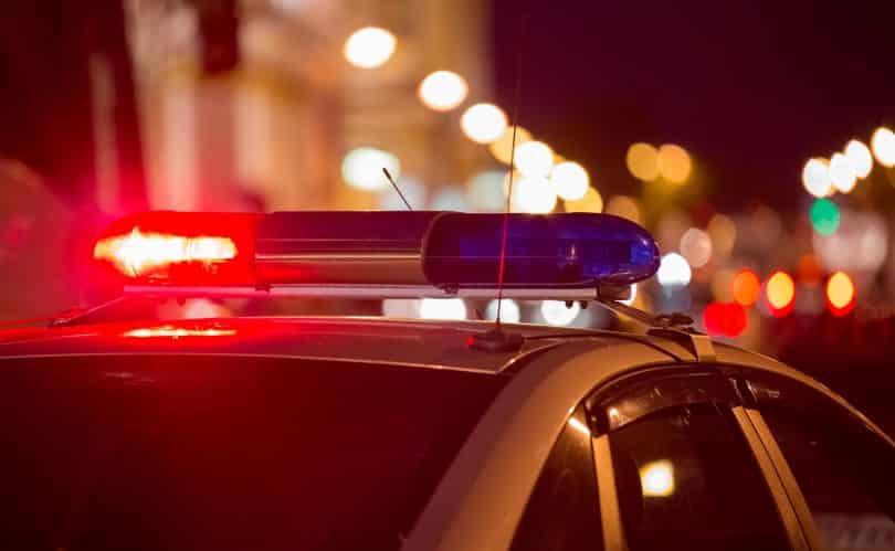 Foto de sirene de um carro de polícia.