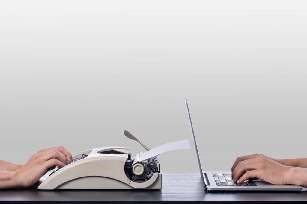 Imagem que mostra o processo de evolução da tecnologia. Uma mão usando a máquina de escrever e a outra usando um notebook.