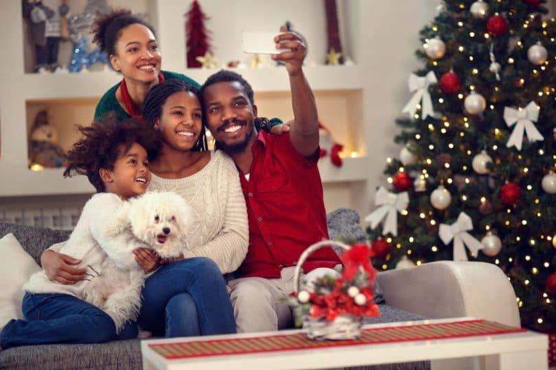 Família tirando selfie.