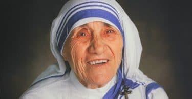 Foto da Madre Teresa de Calcutá sorrindo.