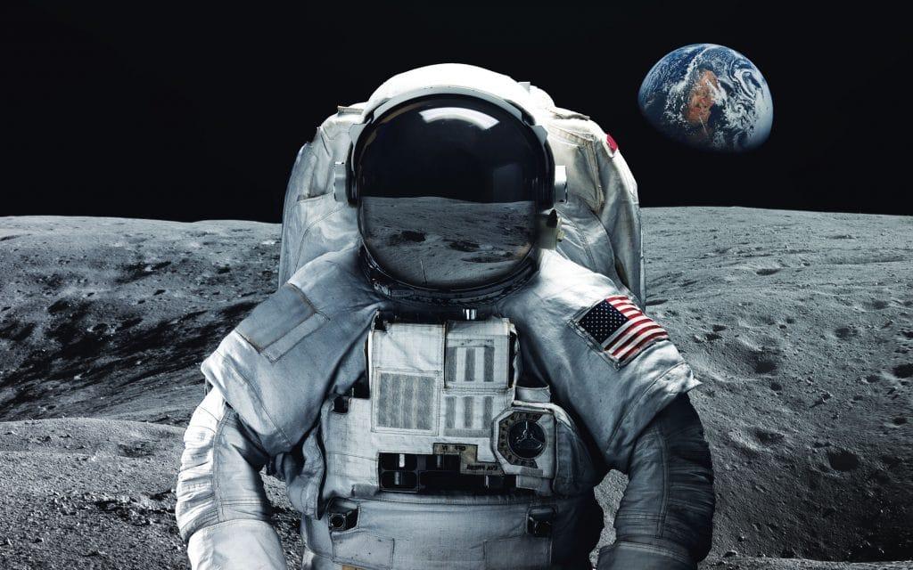 Imagem manipulada de astronauta na Lua., com o espaço e a Terra ao fundo. Os elementos da imgem foram fornecidos pela NASA.