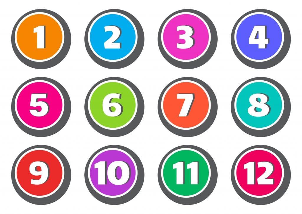 Conjunto colorido de botões com números de 1 a 12.