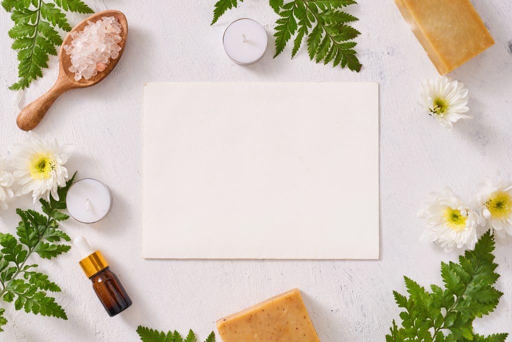 Vários tipos de ingredientes naturais como sal grosso, velas, flores e folhas para serem usados em receitas de calmantes naturais.