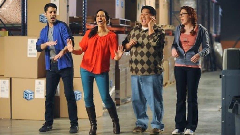 """Personagens cantam em cena do filme """"Afinados Para o Natal""""."""
