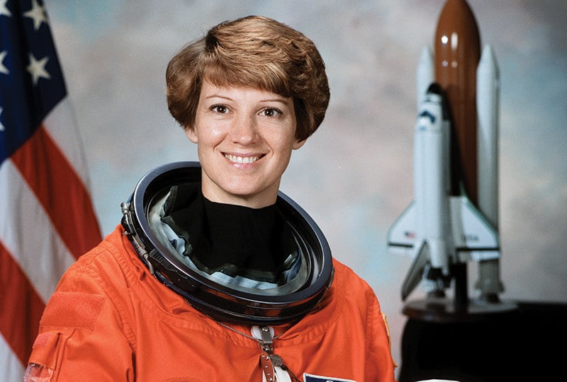 Foto de Eileen Collins, astronauta.