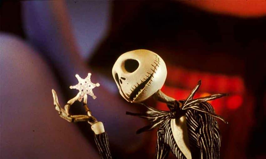 """Cena do filme """"O Estranho Mundo de Jack"""", na qual o personagem segura um floco de neve."""