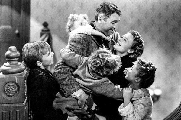 """Cena do filme """"A Felicidade Não Se Compra"""", em que a família protagonista se envolve em um abraço."""