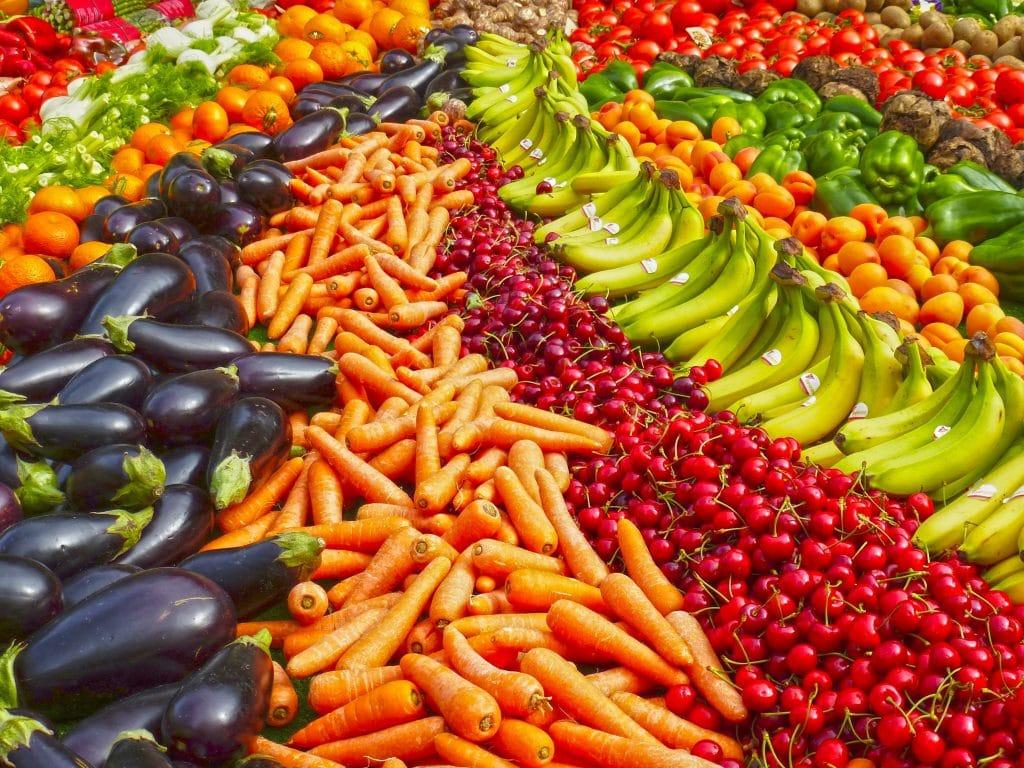 Frutas e legumes enfileirados