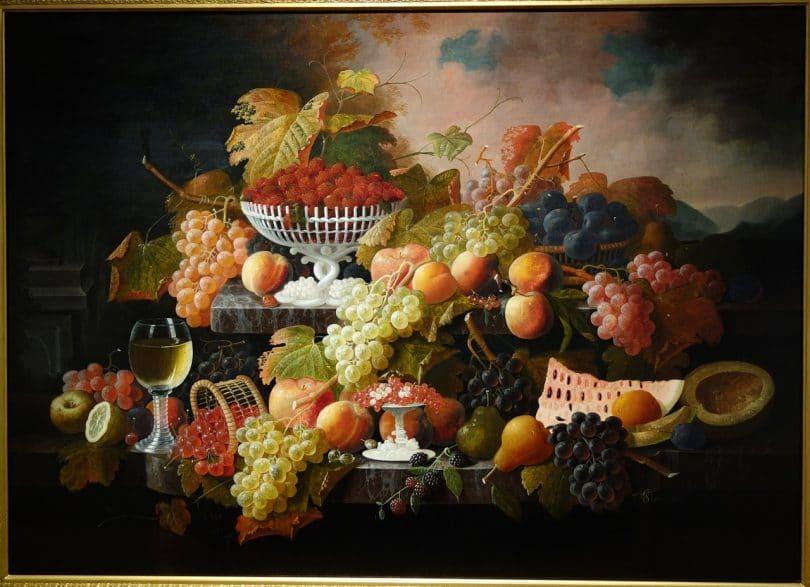 Pintura de abundância de frutas sobre mesas de mármore.