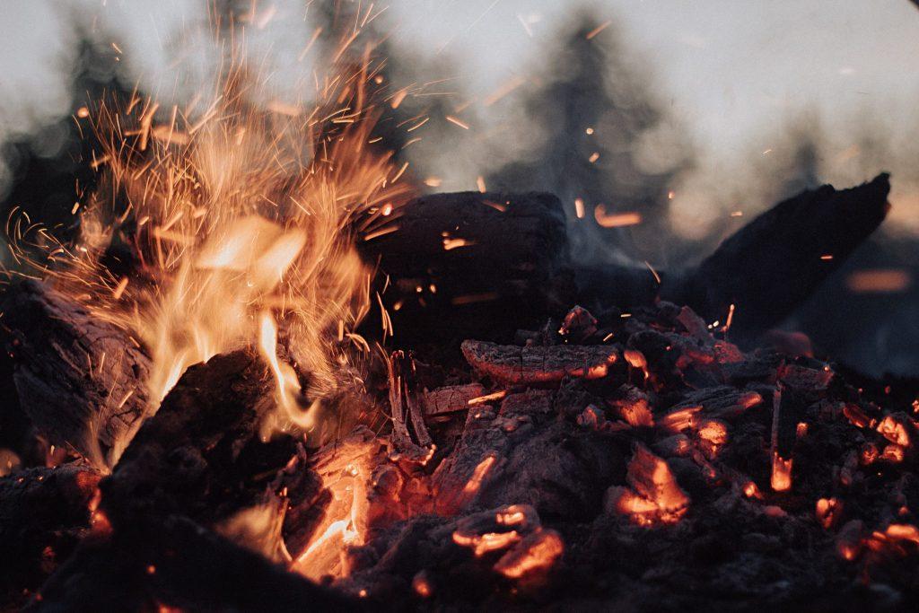 Fogo saindo de carvão.