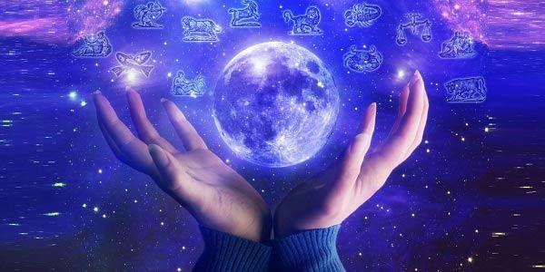 Mãos segurando planeta ilustrado.