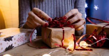 Mãos abrindo presente de natal