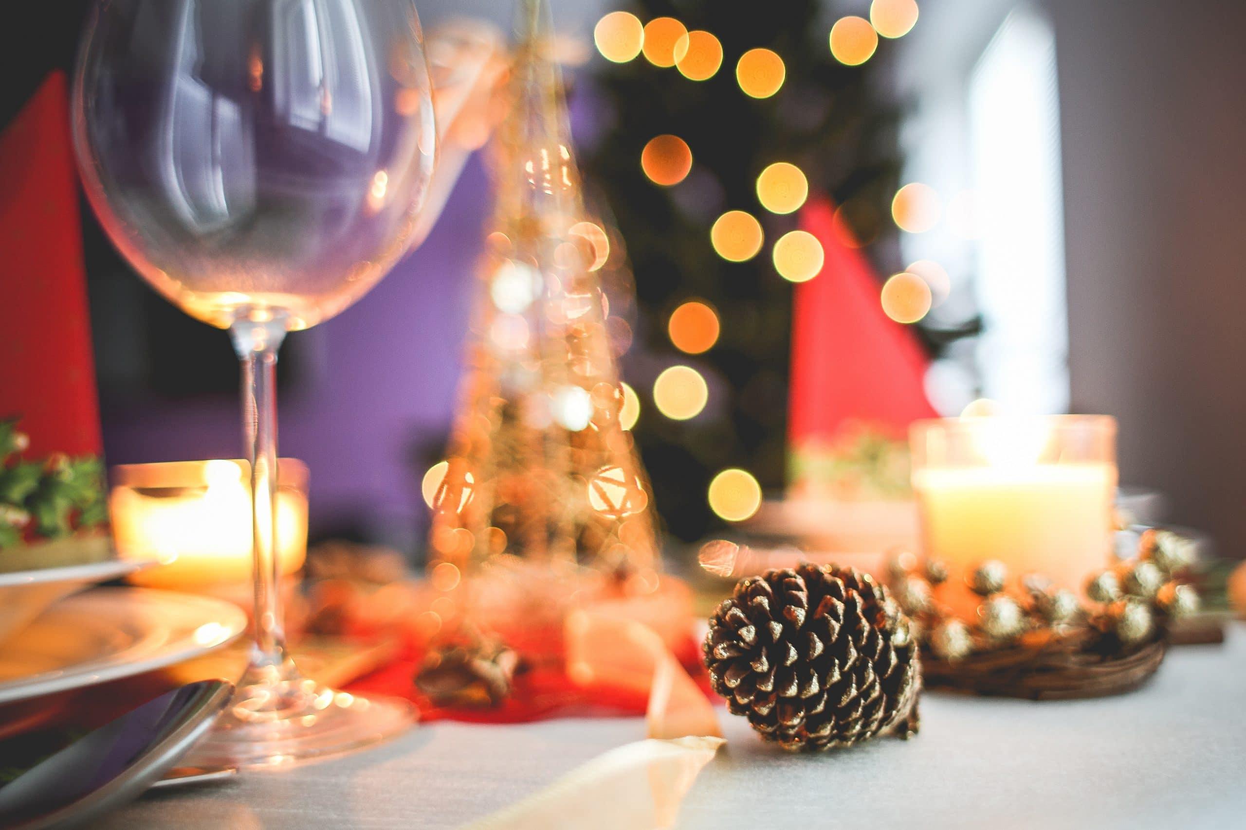 Mesa com taça e decoração natalina