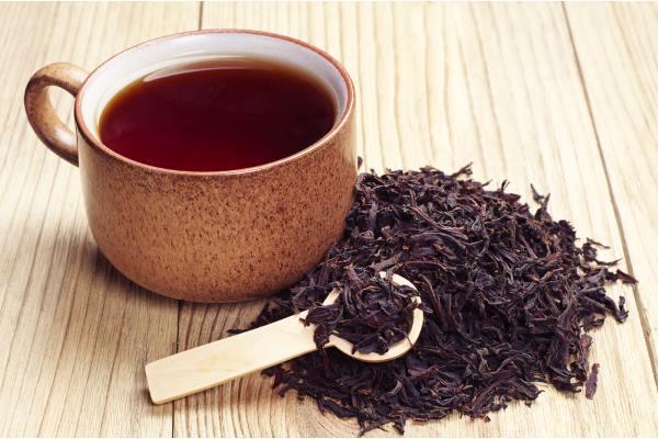 Xícara de chá preto.