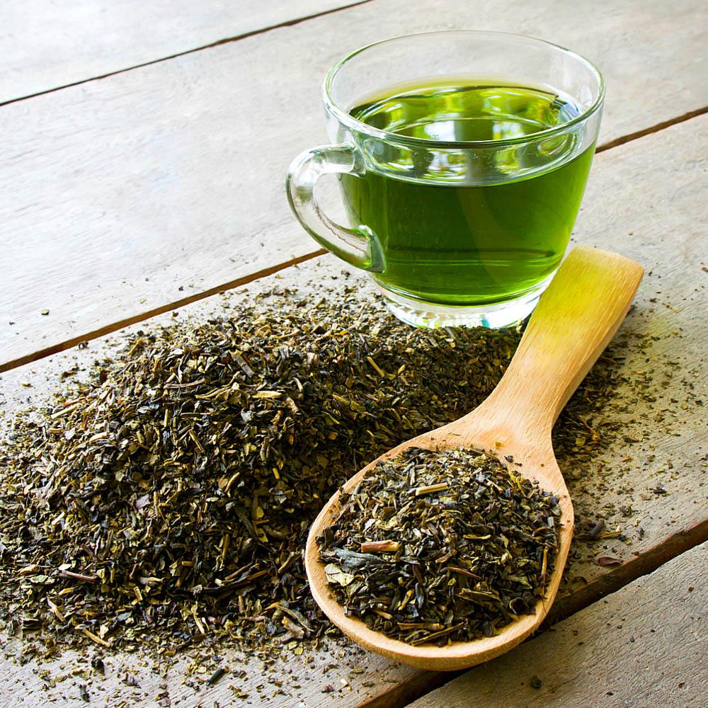 Xícara de chá verde.