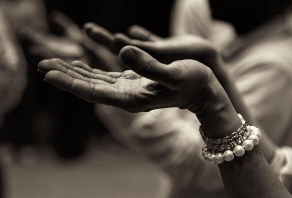Mãos para cima em adoração