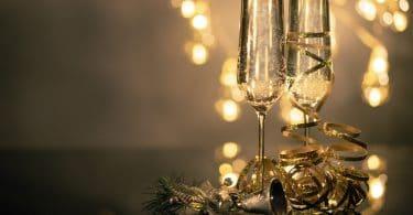 Taças de champagne com luzes ao fundo