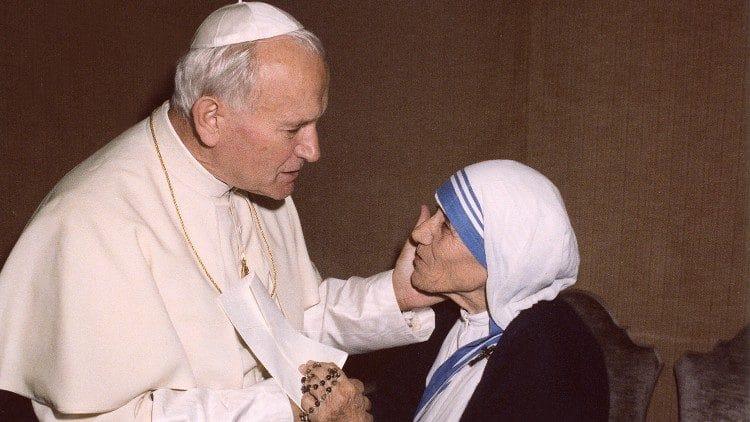 Papa João Paulo II com a mão esquerda no rosto da Madre Teresa de Calcutá.