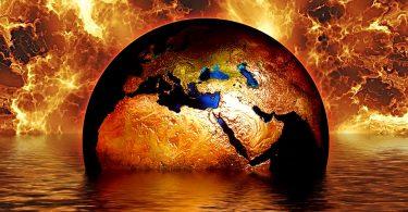 Edição do planeta Terra afundando em água sobre um fundo de fogo.