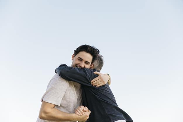 Homens se abraçando.